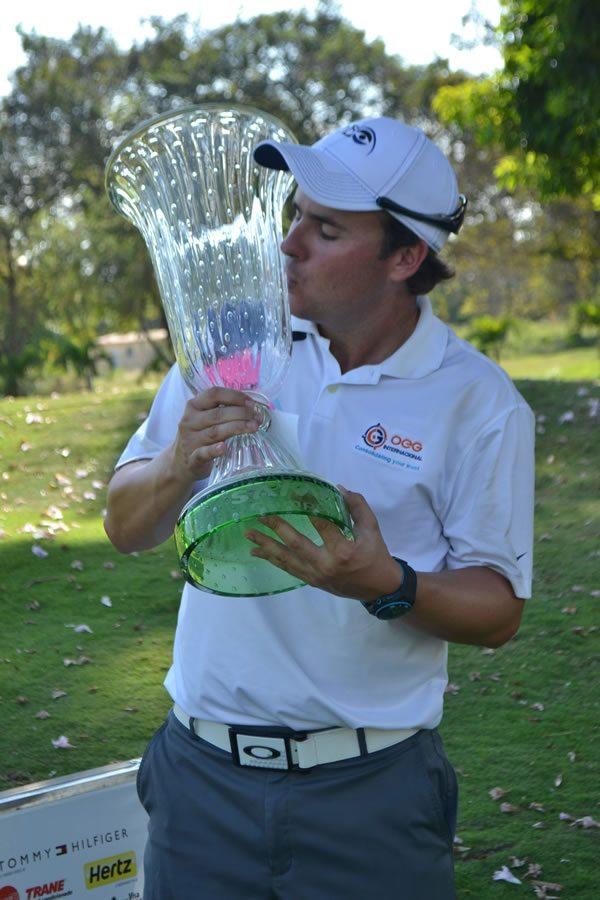 Alberto Adrián y su trofeo de campeón del IX Abierto Sambil