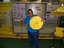 Uno de los visitantes exhibiendo su premio en el Centro de Práctica y Exhibición-de Golf EPA