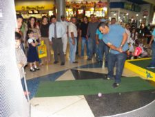 El público participando en el Centro de Práctica y Exhibición de Golf EPA en el Sambil Maracaibo