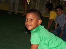 Niño en el Centro de Exhibición y Práctica de Golf EPA