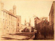 El extremo este de South Street, St Andrews, con la catedral en la distancia (cortesía www.formerdays.com)