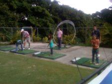 Niños en la clínica de golf y profesionales