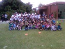 Niños en la clínica de golf y voluntarios