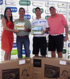 Ganadores de 1er. Gross. De izq. a der.: Anabelle Narbona de Martin (Santa María Golf and Country Club), José Luis García de Paredes (ganador), Jorge Luis Zubieta (ganador) y Fernando Capriles (revista Fairway)