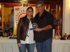 Maria Kyra Machado de Viete, Vicepresidenta de la Fundación y el campeón del torneo, Guillermo Matos con 64 puntos