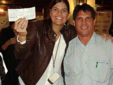Maria Kyra Machado de Viete, Vicepresidenta de la Fundación recibiendo donaciones en el evento