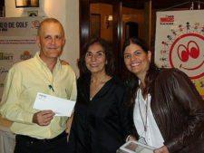 Mishka Capriles de Rodríquez, Presidenta de la Fundación y Maria Kyra Machado de Viete, Vicepresidenta de la Fundación, haciendo entrega de las rifas