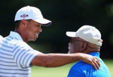 Tiger Woods & Charlie Sifford (cortesía www.zimbio.com)