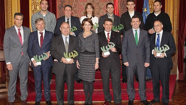 Los galardonados y padres de las golfistas Beatriz Recari y Carlota Ciganda, posan junto a Yolanda Barcina, Pruden Induráin y Pedro Arozarena en el Salón del Trono del Palacio de Navarra después de recibir sus premios