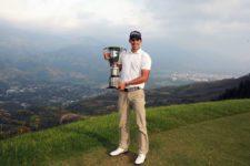 El colombiano David Vanegas posa con el trofeo tras su victoria en el 67° Arturo Calle Colombian Open presentado por Diners Club en el Ruitoque Golf Country Club (Enrique Berardi/PGA TOUR)