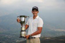 David Vanegas y Trofeo 67º Arturo Calle Colombia Open (Foto Cortesía Enrique Berardi/ PGA LA)