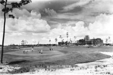 Monumento a la Historia del Golf y el Turismo (cortesía floridamemory.com).jpg