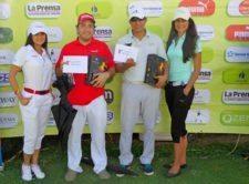 Juan Carlos Vargas y Oscar Borda junto a modelos de Claro y Bijao