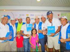 Alberto Sáenz (Presidente del Club Kiwanis) y Directivos entregando premios a Primer Gross José Leal, Edgardo Fernández y 'Chichín' Stanziola