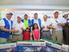 Directivos del Club entregando el Primer Neto Camilo Menasche, José Jaen y Fernando Luna