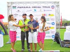 Miguel Ordoñez recibiendo premio de manos de Fernando Gómez en el Eurocar Open