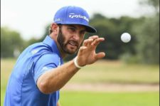 Dustin Johnson en área de práctica (Mike Ehrmann / Getty Images)
