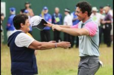 Rory abraza a su Mamá en el 18 (Andrew Redington / Getty Images)