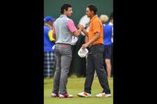Rory da la mano a Rickie (Stuart Franklin / Getty Images)