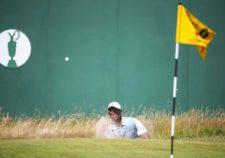 Tiger Woods saliendo de bunker (cortesía Matthew Lewis / Getty Images)