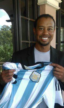 Tiger posó junto a la camiseta de Argentina