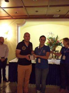 Voluntaria entregando trofeo