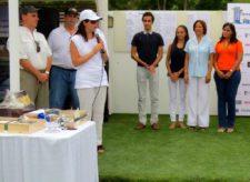 Katherine Shahani, anfitriona del evento, junto a amigos y familiares de Luis Martínez