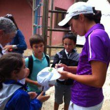 Carlota Ciganda firmando autógrafos (Cortesía Ladies European Tour-LET - Tristan Jones)