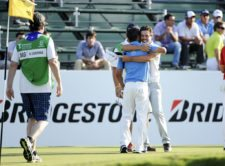 BUENOS AIRES, ARGENTINA - (OCT. 24, 2014) - Los argentinos Rafael Echenique y Emilio Domínguez se abrazan para celebrar un birdie en el hoyo 18 durante la segunda ronda de la Bridgestone America's Golf Cup en Olivos Golf Club. (Enrique Berardi/PGA TOUR)