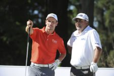 BUENOS AIRES, ARGENTINA - (OCT. 22, 2014) - Lisandro Borges, CEO de la Bridgestone America's Golf Cup, y Ángel Cabrera conversan en el tee del hoyo 17 durante el Pro-Am previo al torneo que comienza este jueves en Olivos Golf Club. (Enrique Berardi/PGA TOUR)