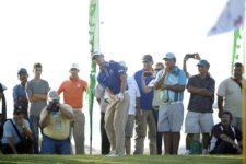 MAZATLAN, MEXICO (OCT. 12, 2014) El argentino Jorge Fernández Valdés ejecuta un chip para su tercer tiro en el hoyo de desempate que definió el TransAmerican Power Products CRV Mazatlán Open en Estrella del Mar Golf, Condos & Resort en Mazatlán, México. (Enrique Berardi/PGA TOUR)