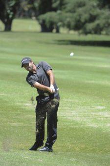 BUENOS AIRES, ARGENTINA (NOV. 27, 2014) - El argentino Sebastián Saavedra pega desde el fairway del hoyo 9 durante la primera ronda del Personal Classic en Las Praderas Club Campos de Golf. (Enrique Berardi/PGA TOUR)