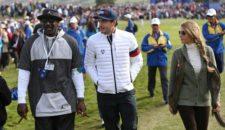 En esta imagen con el atuendo de su marca Jordan, conversa con Keegan Bradley mientras tiene un habano en cada mano
