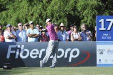 BUENOS AIRES, ARGENTINA (DIC. 6, 2014) - El argentino Emiliano Grillo pega su golpe de salida en tee del hoyo 17 durante la tercera ronda del 109º VISA Open de Argentina presentado por Peugeot. Este evento es el último de la temporada 2014 del PGA TOUR Latinoamérica. (Enrique Berardi/PGA TOUR)