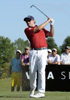 BUENOS AIRES, ARGENTINA (DIC. 6, 2014) - El colombiano Marcelo Rozo pega su golpe de salida en tee del hoyo 15 durante la tercera ronda del 109º VISA Open de Argentina presentado por Peugeot. Este evento es el último de la temporada 2014 del PGA TOUR Latinoamérica. (Enrique Berardi/PGA TOUR)