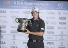 BUENOS AIRES, ARGENTINA (DIC. 7, 2014) - El argentino Emiliano Grillo posa con el trofeo tras proclamarse campeón del 109º VISA Open de Argentina presentado por Peugeot en Martindale Country Club. (Enrique Berardi/PGA TOUR)