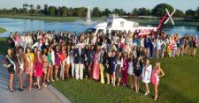 Donald Trump, dueño del concurso, posa junto a las candidatas del Miss Universo 2014, en el campo de golf, de su propiedad, en Doral, Florida (cortesía www.voy.com)