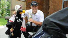 El barrikoztarra Jon Rahm, posando con sus palos de golf en Derio, donde entrena (David de Haro) (cortesía www.deia.com)