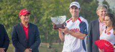 Oscar Borda (Director General de Claro Panamá) y Mathew Goggin (Campeón del torneo)