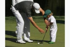Zach Johnson e hijo (cortesía www.thestar.com)