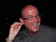 Leonardo Rodríguez Recibe obsequio del Grupo