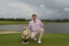 TELA, HONDURAS - MAYO 31, 2015: El venezolano Felipe Velázquez posa con el trofeo tras su victoria en el Honduras Open presented by Indura Beach and Golf este domingo en Tela, Honduras. (Enrique Berardi/PGA TOUR)