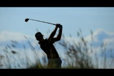 Brian Campbell watches his tee shot on the 18th hole during the third round (cortesía USGA)
