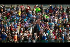 Fans in the grandstands along the 17th hole reach for a ball that a player threw (cortesía USGA)