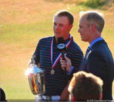 Jordan Spieth en celebración del Hoyo 18 con el trofeo (Foto Fairway)