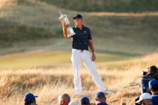 Jordan Spieth holds the U.S. Open Championship Trophy after his victory on Sunday. 'You only get a few moments in your life like this,' he said (cortesía USGA)