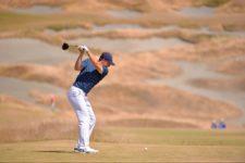 Jordan Spieth plays his tee shot on the fourth hole on Sunday (cortesía USGA)