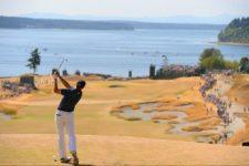 Jordan Spieth watches his tee shot on the fifth hole (cortesía USGA)