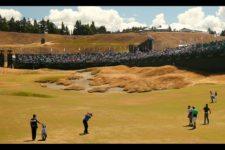 J.B. Holmes plays his second shot on the 18th hole (cortesía USGA)