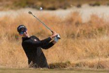 Adam Scott plays from a bunker on the 15th hole (cortesía USGA)